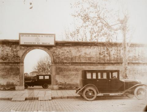 Tarragona. Institut d'Higiene. Pati i ambulància | Vallvé Vilallonga, Hermenegild